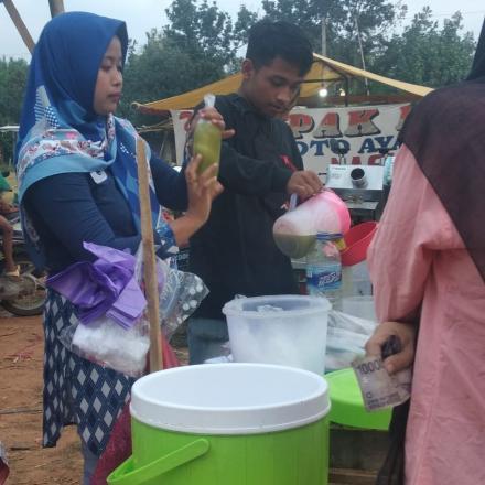 Suasana Ngabuburit di sepanjan Lapangan Desa Gandrirojo Sedan