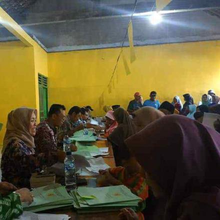Tim BPN Kabupaten Rembang Serahkan 916 Sertifikat Desa Gandrirojo PTSL 2019
